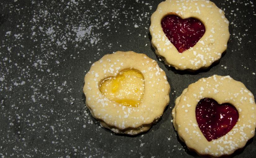 Weihnachtskekse Mit Marmeladenfüllung.Plätzchen Backen Weihnachtsherzen Mit Marmeladenfüllung Snackblog